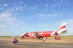 ROI ET, LA THAÏLANDE - NOV01, 2015 : Avion thaïlandais d'Air Asia débarqué au RO Photographie stock libre de droits