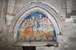 Roi et reine avec des domestiques dans une peinture gothique Photographie stock libre de droits