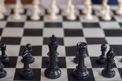 Roi et reine de noir de plan rapproché de début d'échecs photographie stock libre de droits