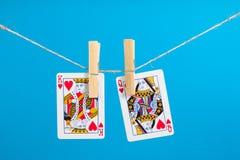 Roi et reine des coeurs avec la corde de pince à linge Photos stock