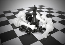 Roi noir d'échecs au beau milieu de bataille Photo libre de droits