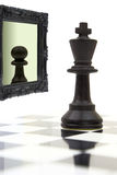 Roi regardant dans le miroir Photographie stock