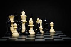 Roi, reine, cheval, évêque et gage d'échecs pour le fond Photos libres de droits