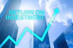 ROI - rentabilidade do investimento Compra e venda de ações e conceito financeiro do crescimento no fundo borrado do centro de ne foto de stock