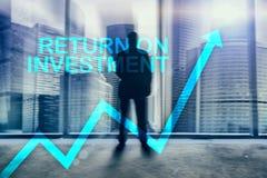 ROI - rentabilidade do investimento Compra e venda de ações e conceito financeiro do crescimento no fundo borrado do centro de ne imagens de stock