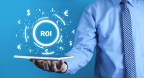 ROI - retur på investering äganderätt för home tangent för affärsidé som guld- ner skyen till arkivbilder