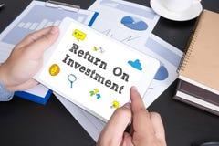 Roi Return On Investment Analysis finansbegrepp Royaltyfria Bilder