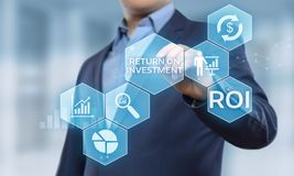 ROI Return på begrepp för teknologi för affär för internet för framgång för investeringfinansvinst arkivbilder