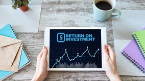 ROI, ritorno su investimento, affare e concetto finanziario fotografie stock libere da diritti
