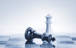 Roi tombé d'échecs comme métaphore pour la chute de la puissance Photos libres de droits