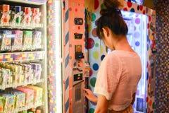 Roiet, Tajlandia - 26 Dec, 2016: unidentifed kobiety przeniesienie przed Kolorowym Japońskim automatem fotografia royalty free