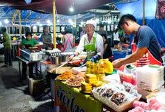 Roiet, Thailand - 20. Februar 2018: Ein nicht identifizierter Mann, der Auflagen-Thailänder an Boon Koon Lan Temple-Messe in Kase stockfotografie