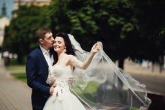 Roimantic nygift personkyss på stadsgränden suddighet bakgrund Arkivbilder