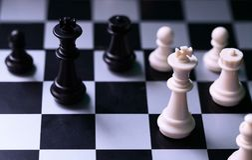 Rois noirs et blancs sur l'échiquier Chiffre roi d'échecs Figurine noire et blanche d'échecs Photographie stock