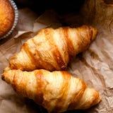 Roissants del ¡ di Ð, muffin su marrone Immagini Stock Libere da Diritti