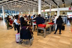 Roissy Frankrike - juli 6 2016: den Charles de Gaulle flygplatsen Arkivbilder