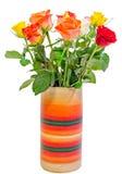 (Rojo, amarillo, anaranjado, blanco) las rosas coloreadas vibrantes florecen en un florero coloreado, cierre para arriba, ramo, a Foto de archivo libre de regalías