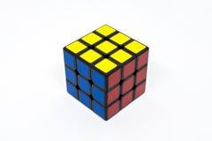 Rojo amarillo azul acertado del cubo de Rubik Fotografía de archivo