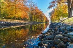 Rojo amarillo de la piedra del río del arce foto de archivo libre de regalías