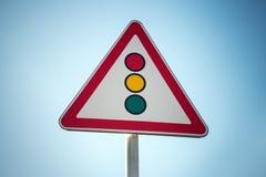 Rojo, amarillo, verde Señal de tráfico del triángulo sobre fondo del cielo azul Imagen de archivo libre de regalías