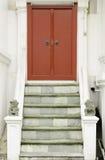 Rojo antiguo que talla la puerta de madera del templo tailandés Foto de archivo libre de regalías