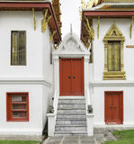 Rojo antiguo que talla la puerta de madera del templo tailandés Imagen de archivo libre de regalías