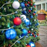 Rojo, azul y blanco que adorna bolas en la Navidad Fotos de archivo