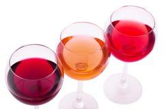 Rojo, blanco y copas de vino color de rosa para arriba en el blanco aislado Visión superior Imagen de archivo libre de regalías