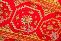 Rojo budista del techo de catedral Imagenes de archivo