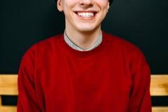 Rojo casual elegante sonriente del retrato del hombre del inconformista imagen de archivo