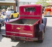 1933 rojo Chevy Pickup Truck Back View Fotos de archivo