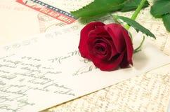 Rojo color de rosa y cartas 2 Imagenes de archivo
