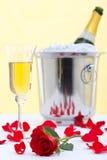 Rojo color de rosa y champán Foto de archivo libre de regalías
