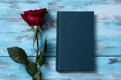 Rojo color de rosa y libro foto de archivo