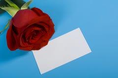 Rojo color de rosa y nota Foto de archivo
