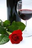 Rojo color de rosa y vino Fotos de archivo libres de regalías