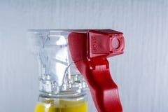 Rojo de Front Foam Cleaning Supply Detail del mecanismo de la botella de la boca de espray Fotografía de archivo