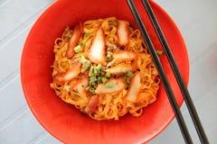 Rojo de Kolo Mee - comida popular de la calle de Sarawak Imágenes de archivo libres de regalías