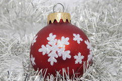 Rojo de la bola de la Navidad con la decoración Imagen de archivo
