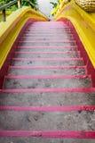 Rojo de la escalera a abajo Fotos de archivo libres de regalías