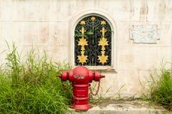 Rojo de la manguera del abastecimiento de agua de la lucha contra el fuego Foto de archivo
