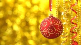 Rojo de la Navidad con el balanceo de oro de la bola del modelo Decoración del Año Nuevo Bokeh de oro borroso almacen de video