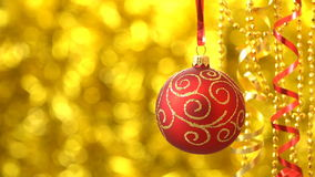 Rojo de la Navidad con el giro de oro de la bola del modelo Decoración del Año Nuevo Bokeh de oro borroso almacen de metraje de vídeo