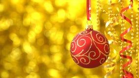 Rojo de la Navidad con el giro de oro de la bola del modelo Decoración del Año Nuevo Bokeh de oro borroso 00182s metrajes