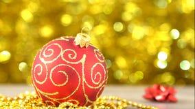 Rojo de la Navidad con la bola de oro del modelo Bokeh de oro borroso que brilla tenuemente Decoración del Año Nuevo 00175 metrajes
