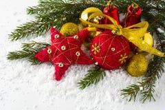 Rojo de la Navidad y bolas del oro Foto de archivo libre de regalías