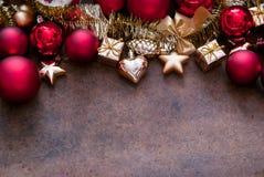 Rojo de la Navidad y chucherías del oro Imágenes de archivo libres de regalías