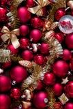 Rojo de la Navidad y chucherías del oro Fotos de archivo libres de regalías