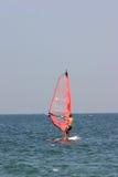 Rojo de la persona que practica surf foto de archivo