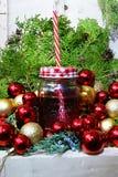 Rojo de la taza y de la Navidad y bolas del oro fotografía de archivo libre de regalías